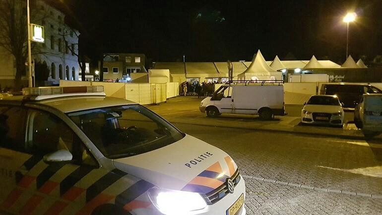العشرات يعودون الى منازلهم بلا معاطفهم ليلة البارحة بعد مشاكل بحفلة في Zaandam
