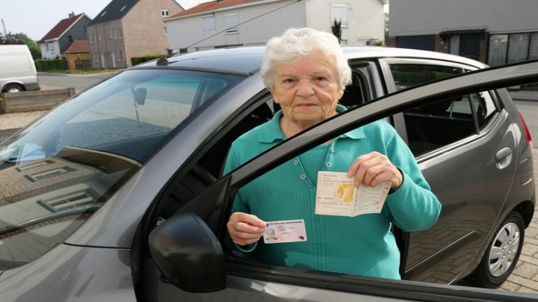 امرأة تقود سيارتها منذ ستون عاما برخصة قيادة غير صالحة ولم تكتشف ذلك إلا هذا الأسبوع