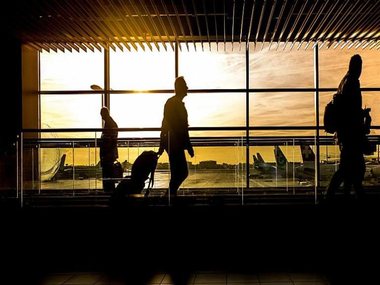 مسافر بريطاني يحمل وزنا زائدا في المطار - ماذا فعل للسفر بكامل أمتعته دون دفع المزيد من الأموال؟