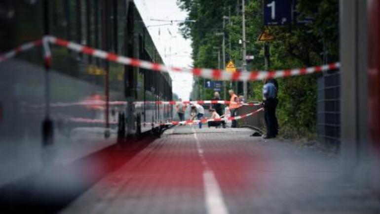 مقتل امرأة دهسا بالقطار بعد دفعها من رجل على السكة الحديدية في ألمانيا