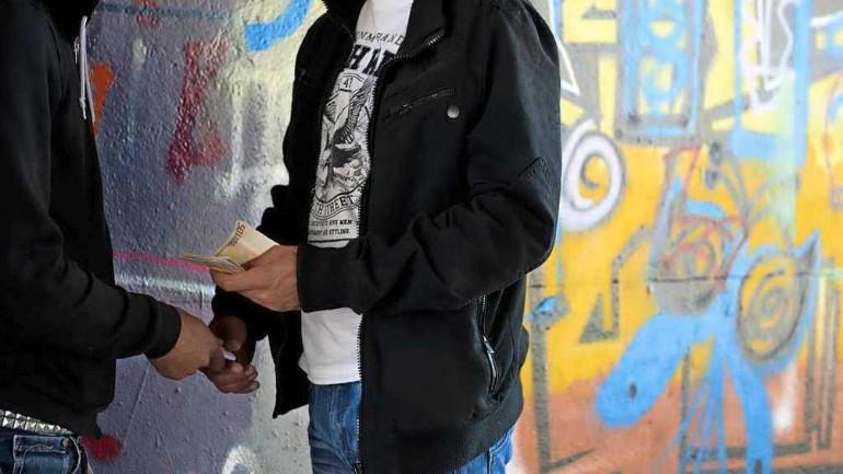 تاجر مخدرات يهدد الطلاب بسكين في تيلبورخ: أنا تاجر المخدرات الخاص بكم من الآن فصاعدا