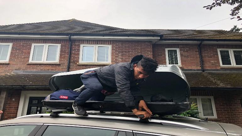 شاب مصري يتمكن من الوصول من فرنسا إلى بريطانيا من خلال الإختباء بصندوق سقف سيارة زوجان إنجليزيان