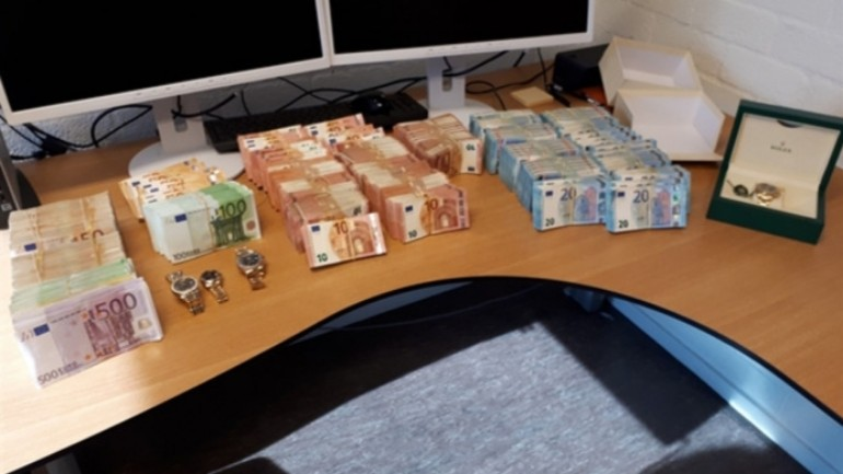 الشرطة تعثر على 400,000 يورو نقدا في منزل بعد ابلاغ المقيم عن محاولة سطو في زفايندريخت