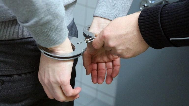 إلقاء القبض على رجل يختلس النظر داخل المنازل في خوس والشرطة تطلق سراحه