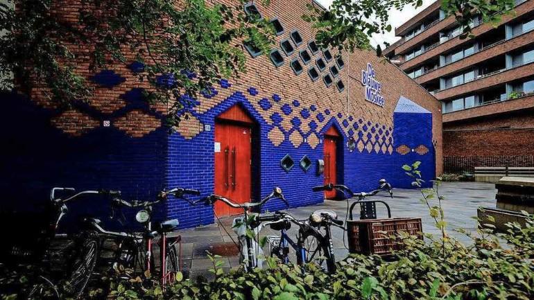 سماع صوت الأذان لصلاة الجمعة بمكبرات الصوت من المسجد الأزرق في أمستردام