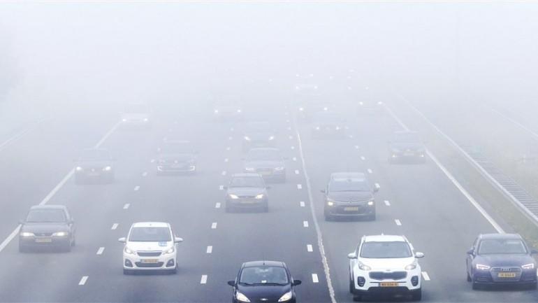 الرمز التحذيري الأصفر بسبب الضباب و نعومة الطرقات في جميع أنحاء هولندا