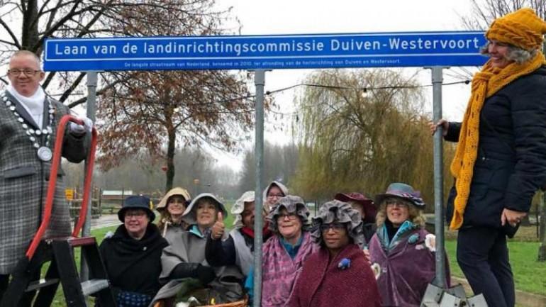 بلدية دويفين في خيلديرلاند تحتفل بتعليق لوحة بأطول اسم شارع في هولندا