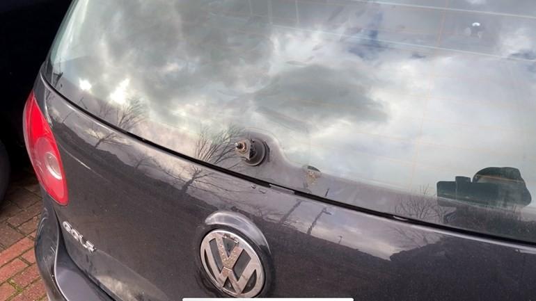 القبض على رجل قام بتدمير مرايا ومسّاحات الزجاج ل 64 سيارة في بيركل ورودنريس بجنوب هولندا