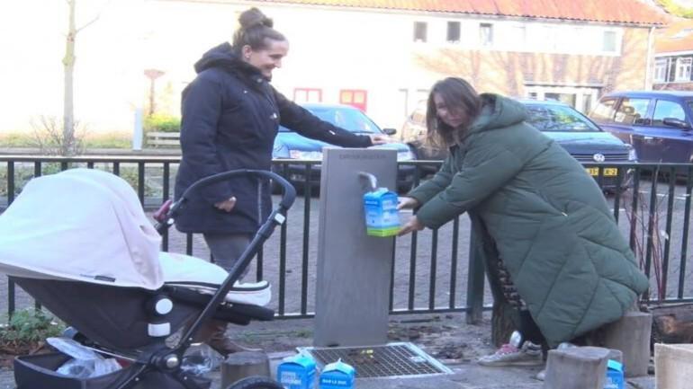 سكان أمستردام نورد يحصلون على مياه الشرب من المضخة في الشارع بعد اكتشاف تلوث خطير في مياه الصنبور في منازلهم