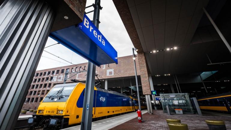 رجل يتحرش جنسياً بإمرأة ويصفع أخرى على وجهها في القطار بين روتردام وبريدا