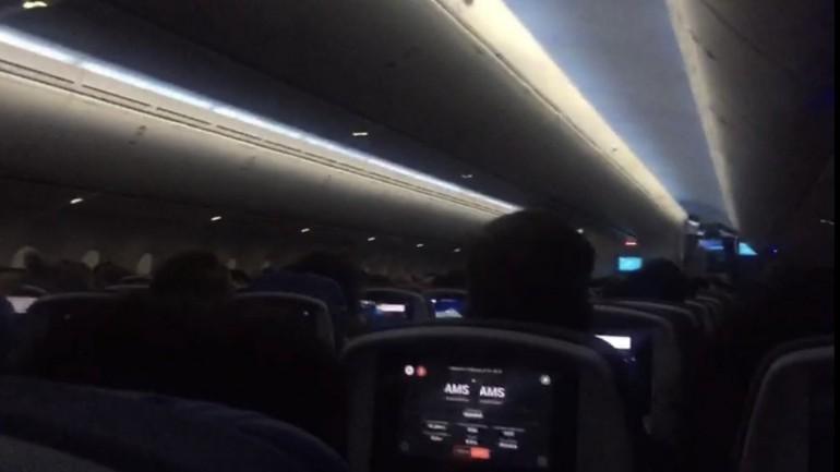 رعب شديد على متن طائرة أثناء محاولات غير ناجحة للهبوط في مطار سخيبول