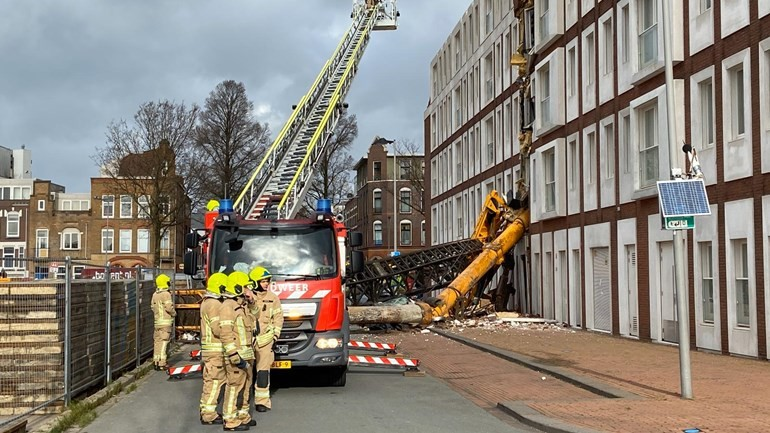 سقوط رافعة على بناء سكني وتحطيم واجهة عدة منازل في روتردام