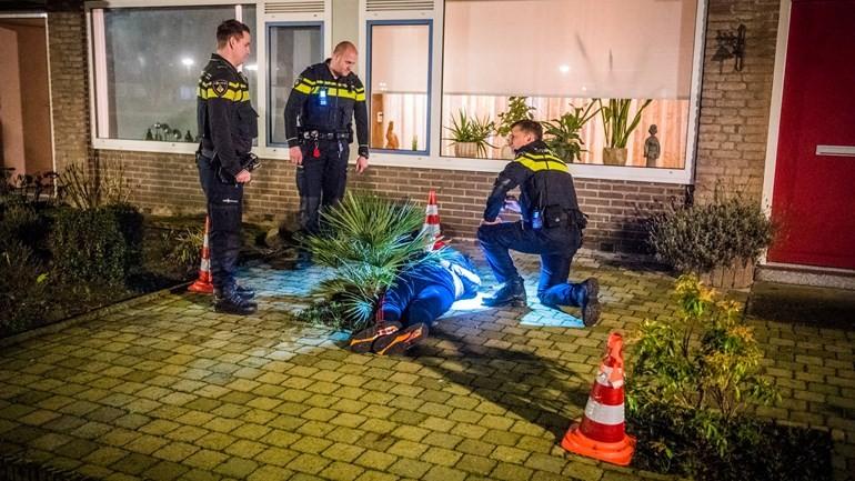 إصابة موظف بجروح بعد ضربه بالساطور أثناء السطو على سوبرماركت في آيندهوفن