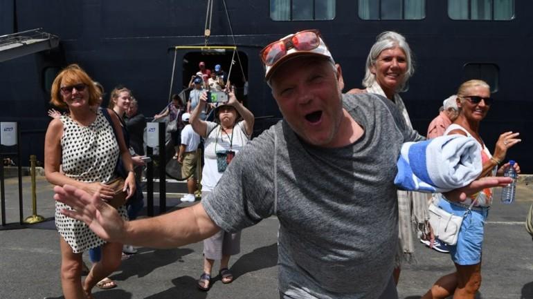 الركاب الهولنديين الذين كانوا على متن سفينة فيستردام في طريقهم إلى هولندا بعد ثبوت عدم اصابتهم بفيروس كورونا