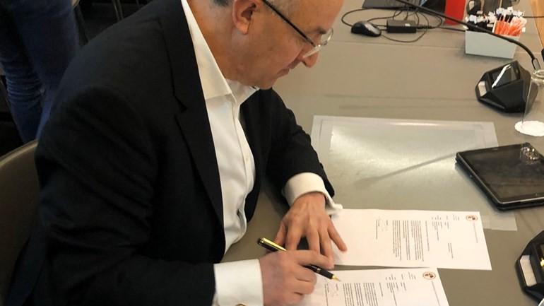 عمدة روتردام أحمد أبو طالب يوقع على قانون الطواريء الخاص بمكافحة فيروس كورونا و الذي يشمل 15 بلدية
