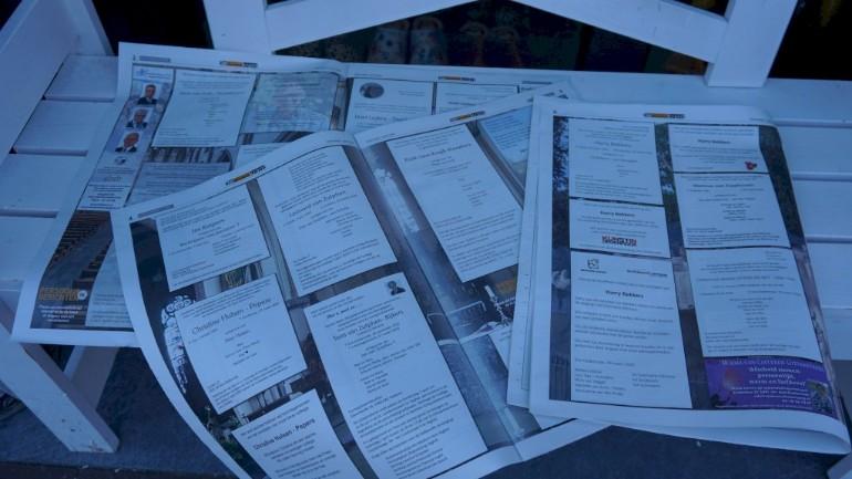 خمس صفحات لإعلانات الجنازات في صحيفة محلية خاصة بقرية في مقاطعة بربانت الهولندية