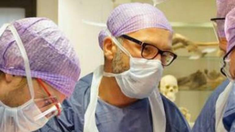 الطبيب أحمد أصبح مريض بفيروس كورونا في المشفى الذي يعمل به: كنت وحيداً وقلقاً بشكل رهيب