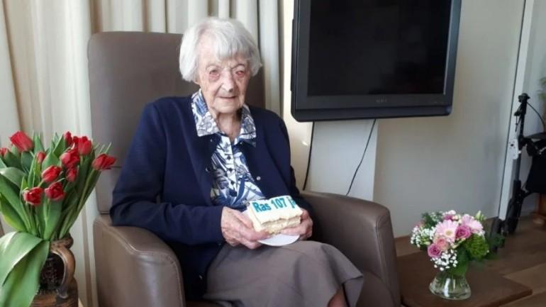 تعافي الجدة كورينا البالغة من العمر 107 أعوام من الإصابة بفيروس كورونا في جنوب هولندا
