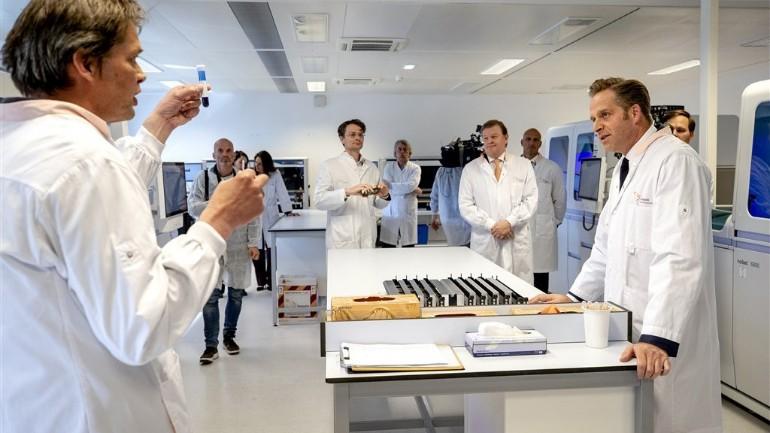 وزير الصحة الهولندي يريد زيادة عدد اختبارات الدم للأجسام المضادة لفيروس كورونا إلى مليون اختبار