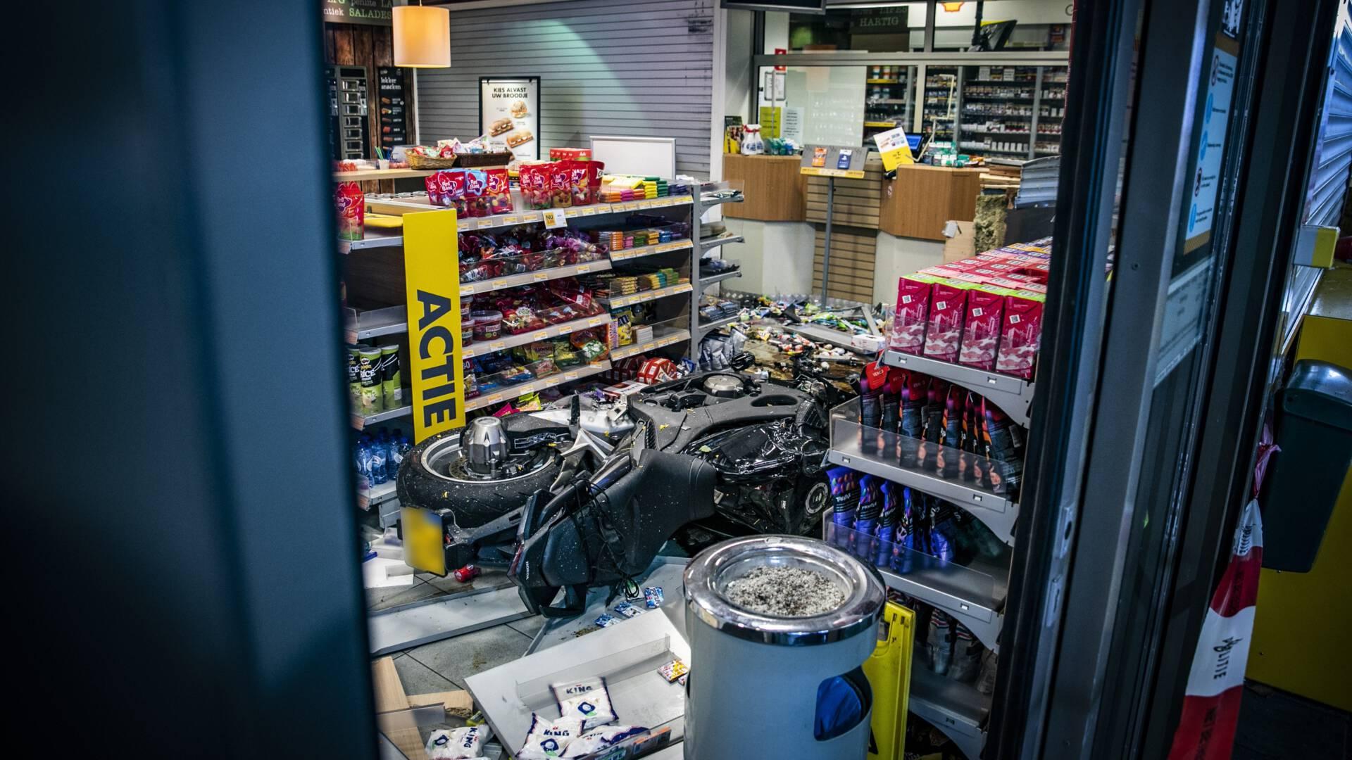 سائق دراجة نارية يخترق متجراً في محطة بنزين في Elst