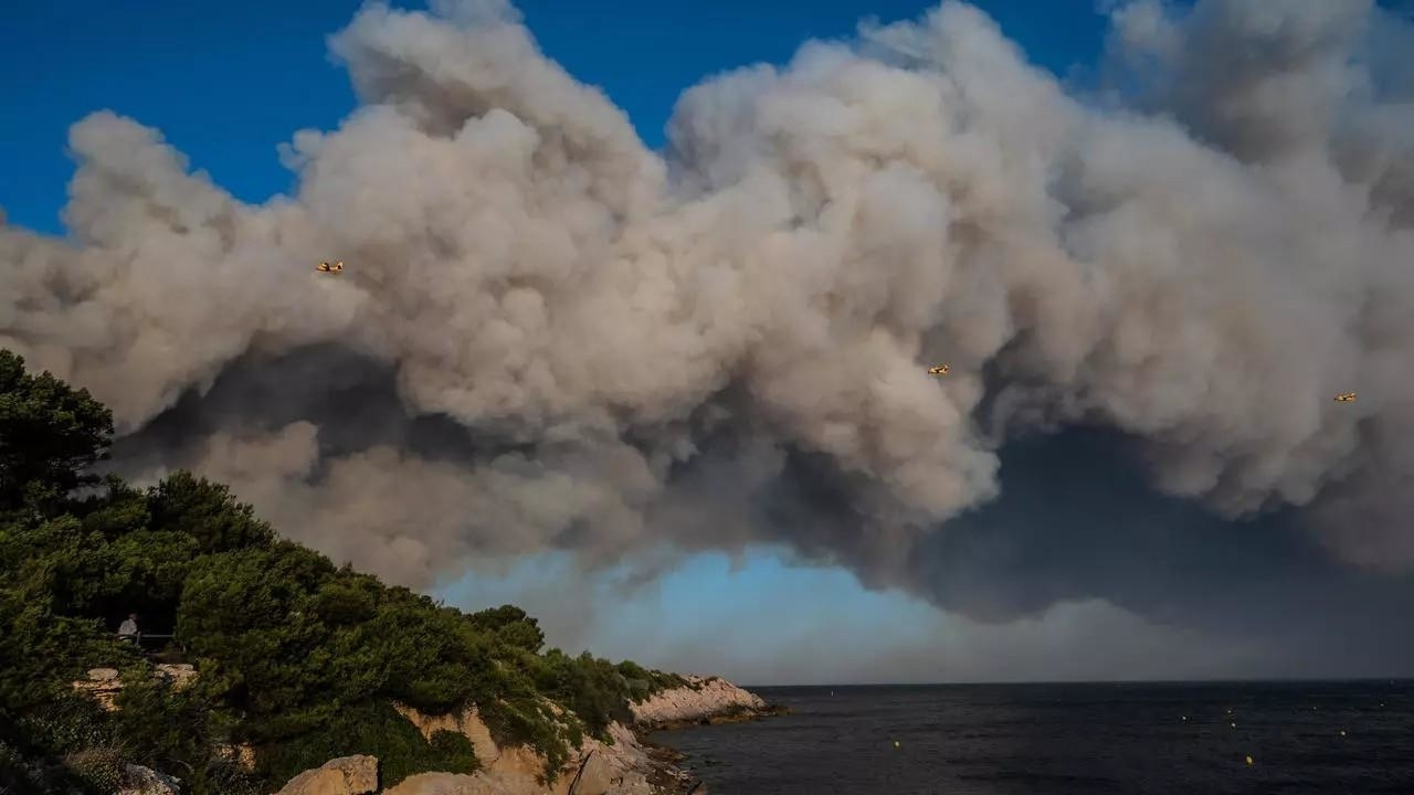 اجلاء 2700 شخص بسبب حرائق الغابات بالقرب من Marseille