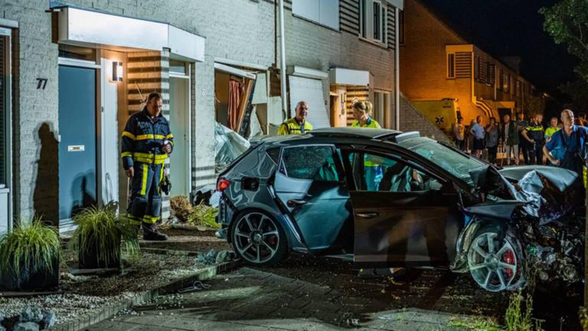 اصطدام سيارة في منزلين في Tilburg بعد مطاردة الشرطة