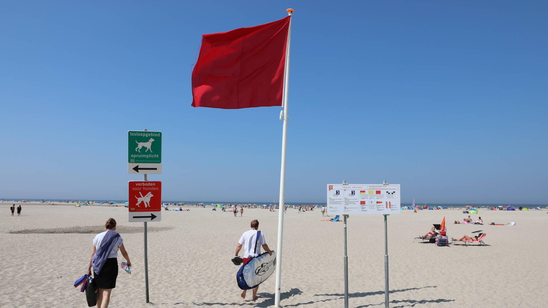 رفع العلم الأحمر على شاطئ لاهاي بأكمله