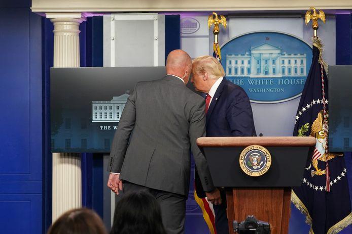 إخراج Trump فجأة من مؤتمر صحفي بعد إطلاق النار