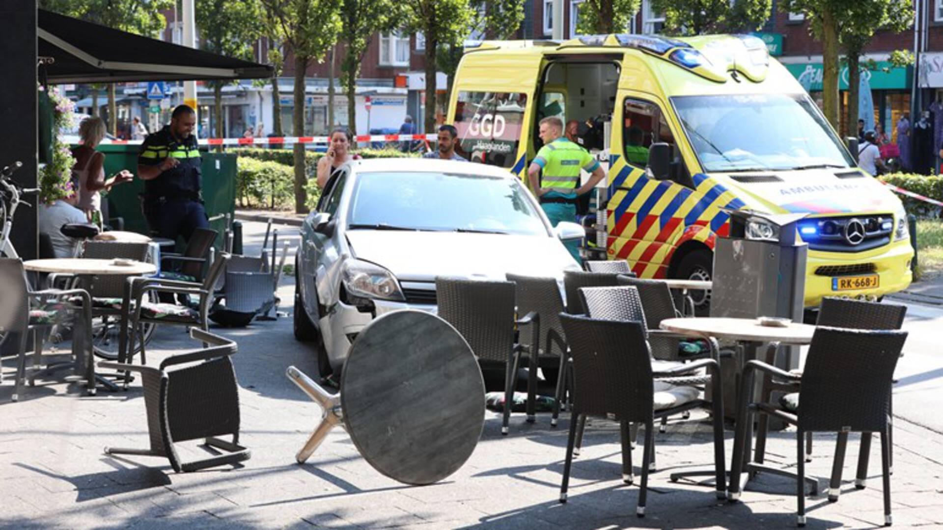 إصابة شخصين باصطدام سيارة بشرفة أحد المقاهي في لاهاي