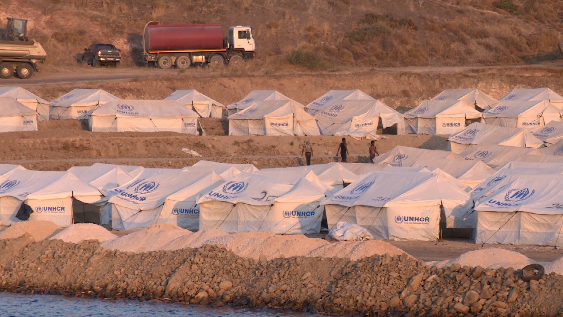 الشرطة ترافق مئات المهاجرين إلى مخيم Lesbos الجديد