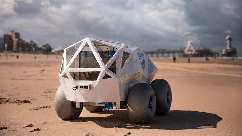 روبوت يشارك بتنظيف شاطئ Scheveningen خلال يوم التنظيف العالمي