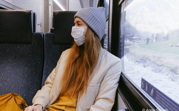 الاعتداء على امرأة بالضرب والركل في قطار بسبب قناع الفم