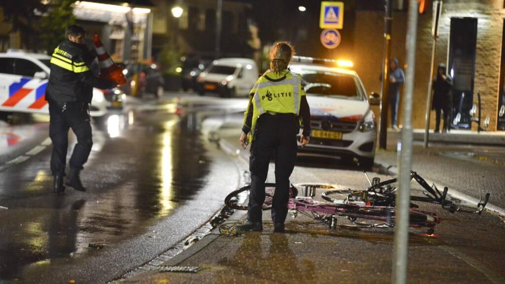 سائق سيارة يصطدم بمجموعة أشخاص على رصيف مقهى في Rijsbergen