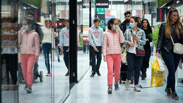 يجب ارتداء أقنعة الفم في الأماكن الداخلية العامة في أجزاء من Randstad وBrabant