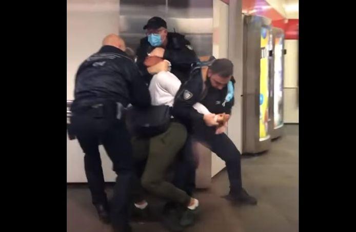 مشاهد اعتقال عنيفة لراكب بسبب مخالفته لإجراءات كورونا في محطة مترو في Rotterdam