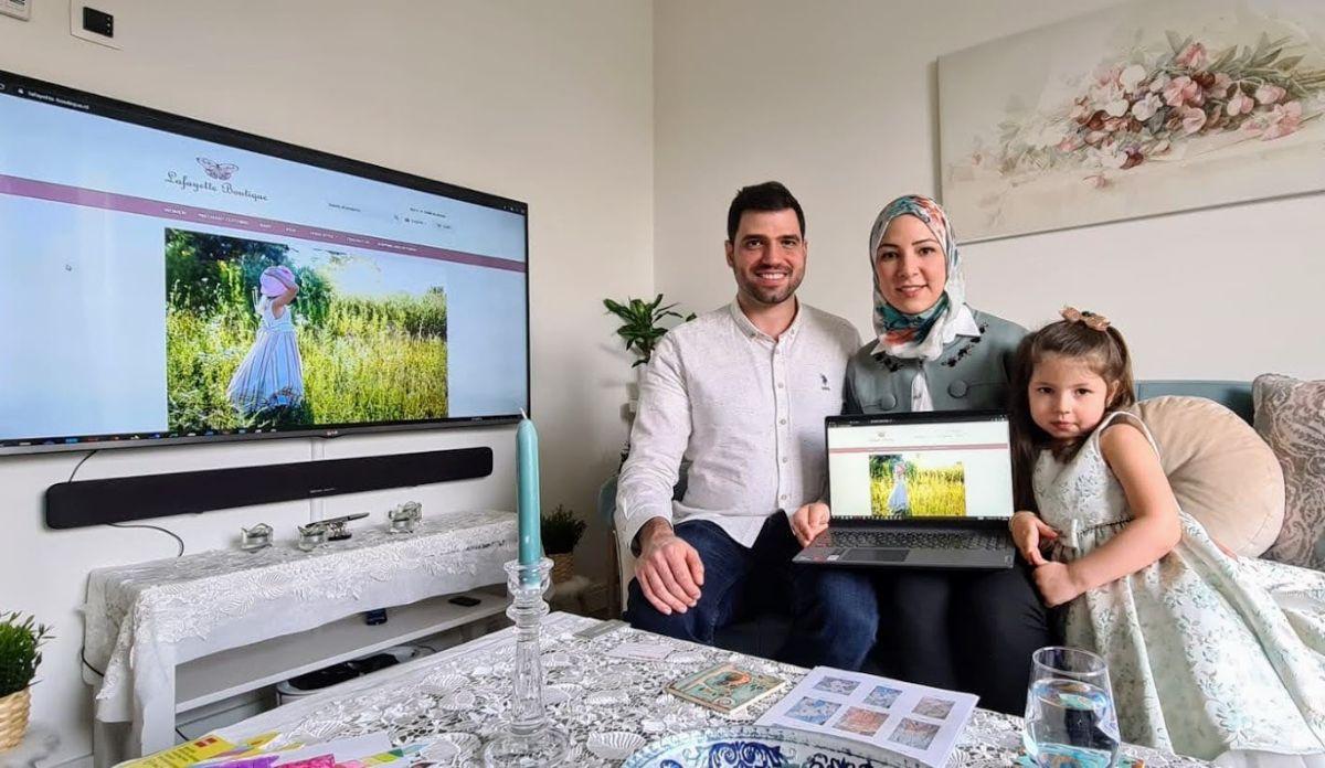 الشاب السوري بشر وزوجته يفتتحان متجراً إلكترونياً لبيع ملابس الأطفال