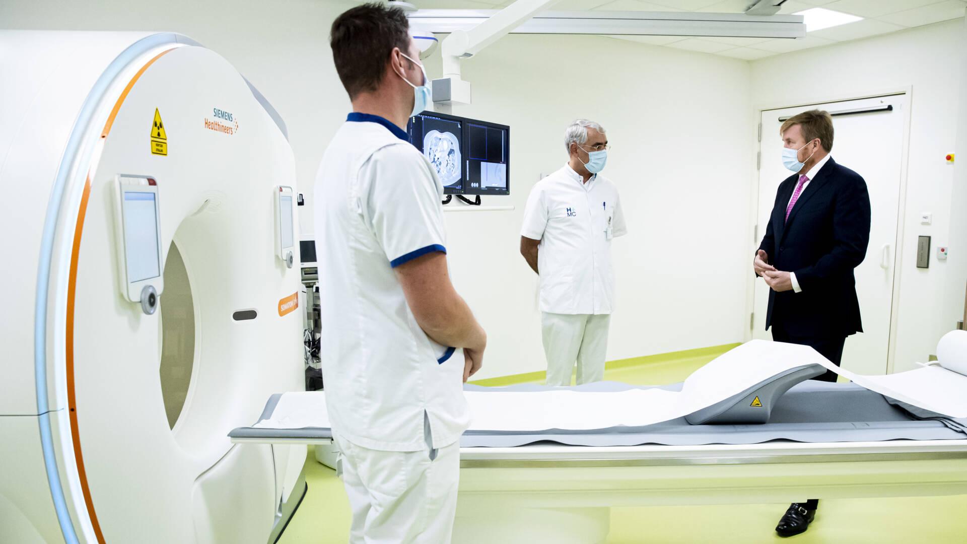 ملك هولندا يزور جناح كورونا المثقل بالأعباء في مستشفى Den Haag