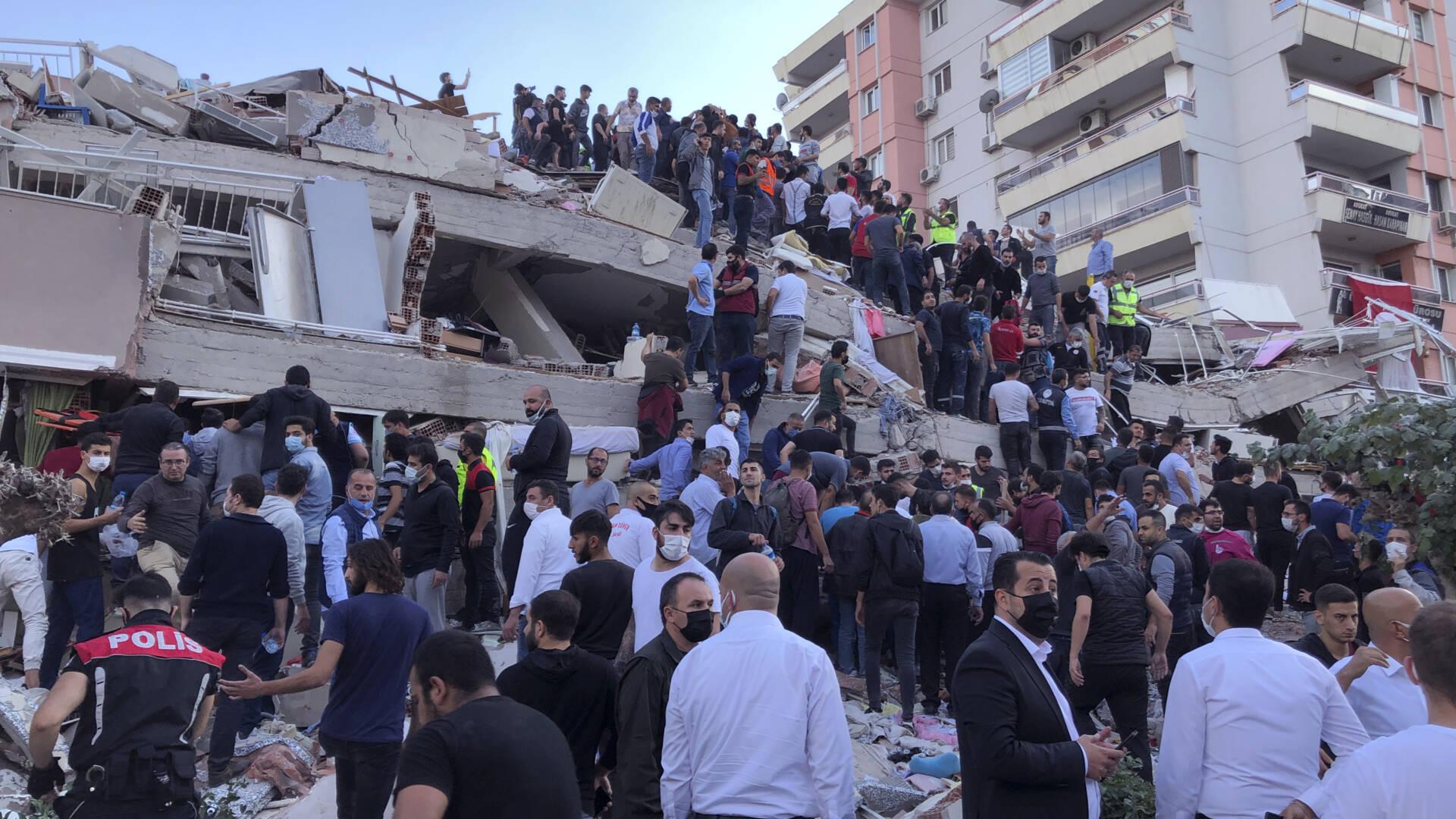 وفاة ما لا يقل عن 17 شخصاً في تركيا إثر حدوث زلزال في بحر إيجه