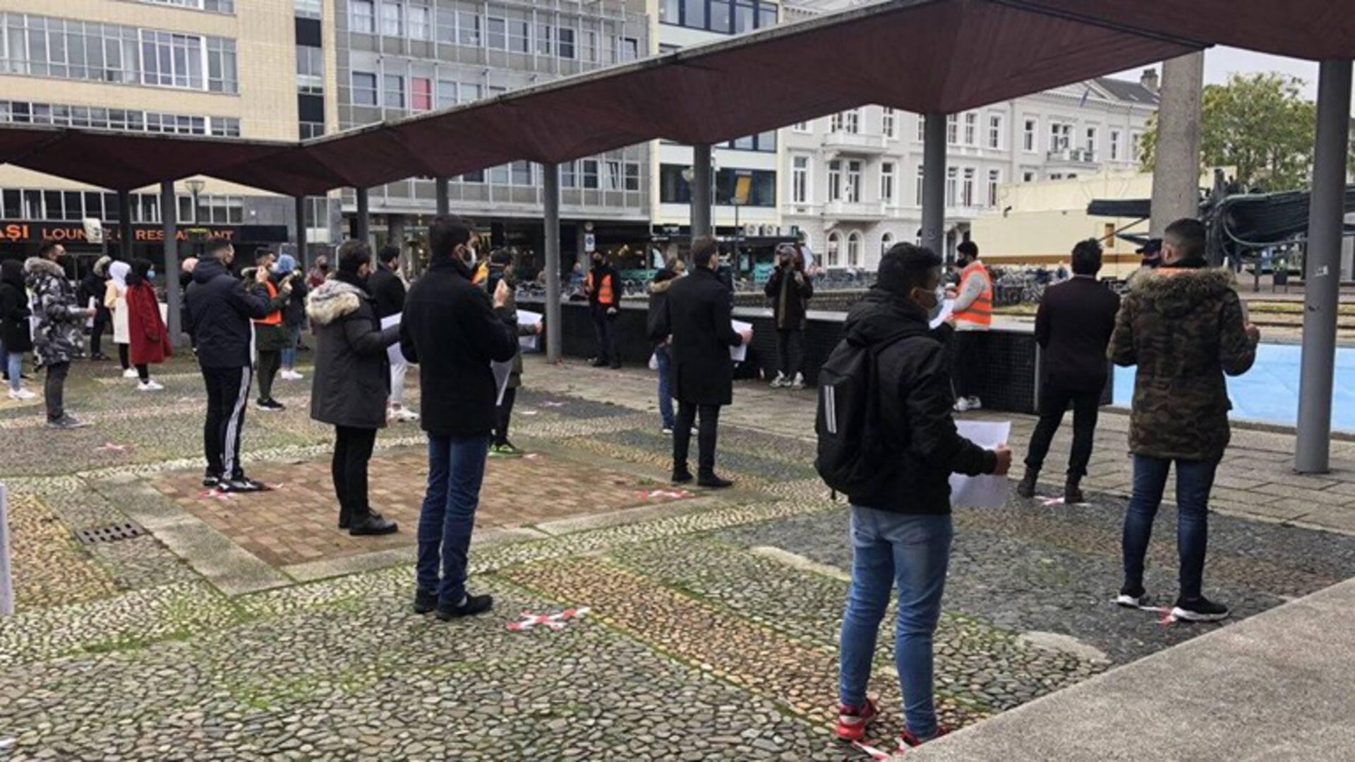 الشباب المسلمون يجتمعون في Arnhem للدفاع عن النبي محمد (ص)