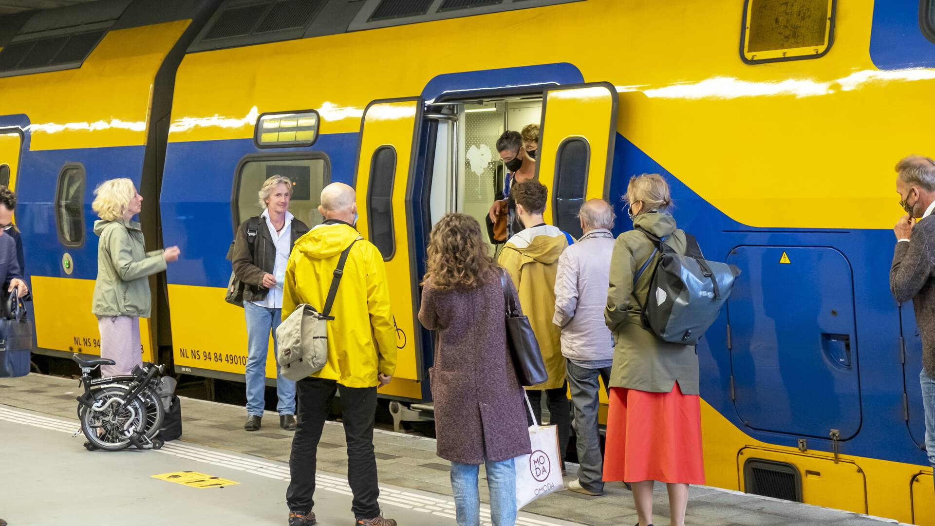 هل يحافظ المسافرون على مسافة تباعد كافية؟ سيتم قياس المسافة على المنصة 5 في Utrecht