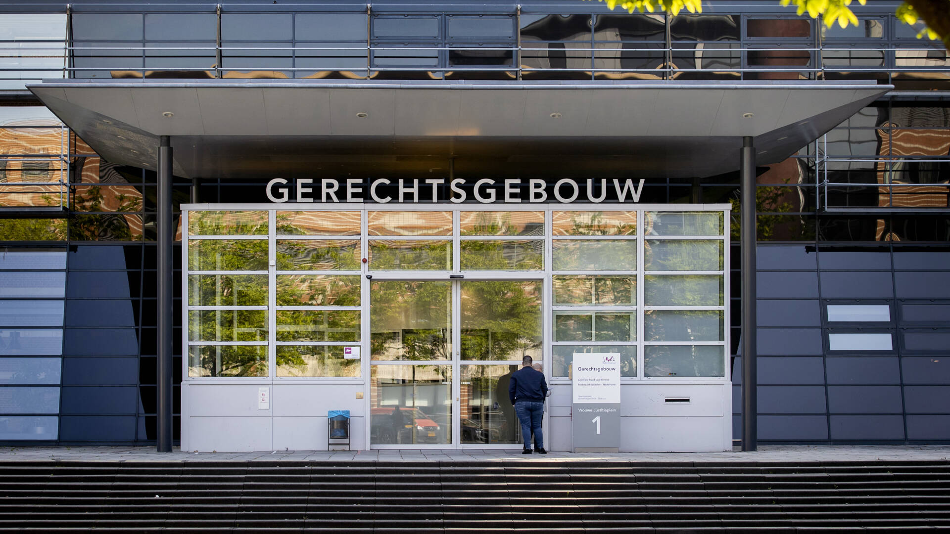 النيابة العامة: رجلان من Utrecht يديرون بيوت دعارة غير قانونية ويسيئون معاملة القاصرين