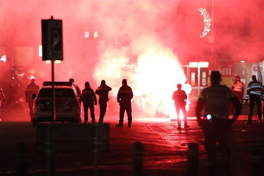 انتهاكات لقرار الحظر في هولندا، تجبر الشرطة على التدخل وفرض غرامات واعتقالات في مناطق عديدة