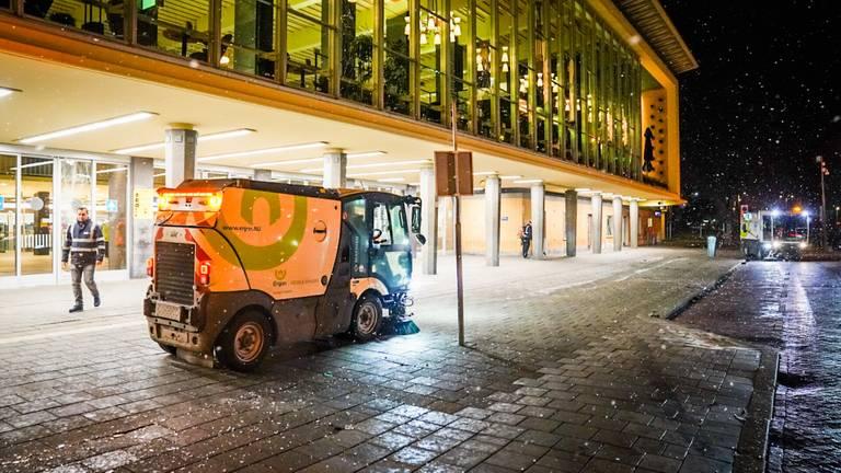 المواطنين في مدينة أيندهوفن و تنظيف الفوضى بعد أعمال الشغب