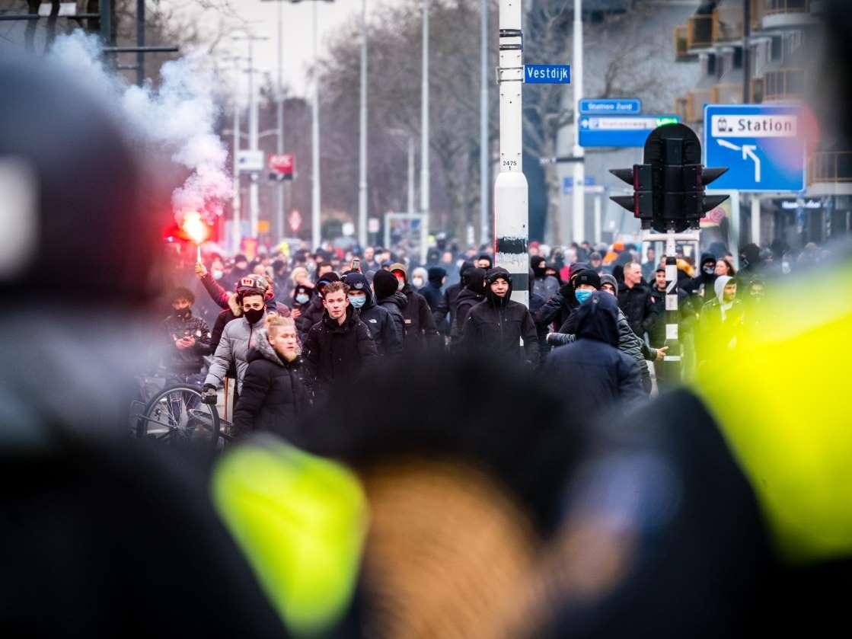 """لا تزال عناصر الشرطة تخشى """"أيام أو أسابيع"""" من أعمال شغب في هولندا، فما العمل؟"""