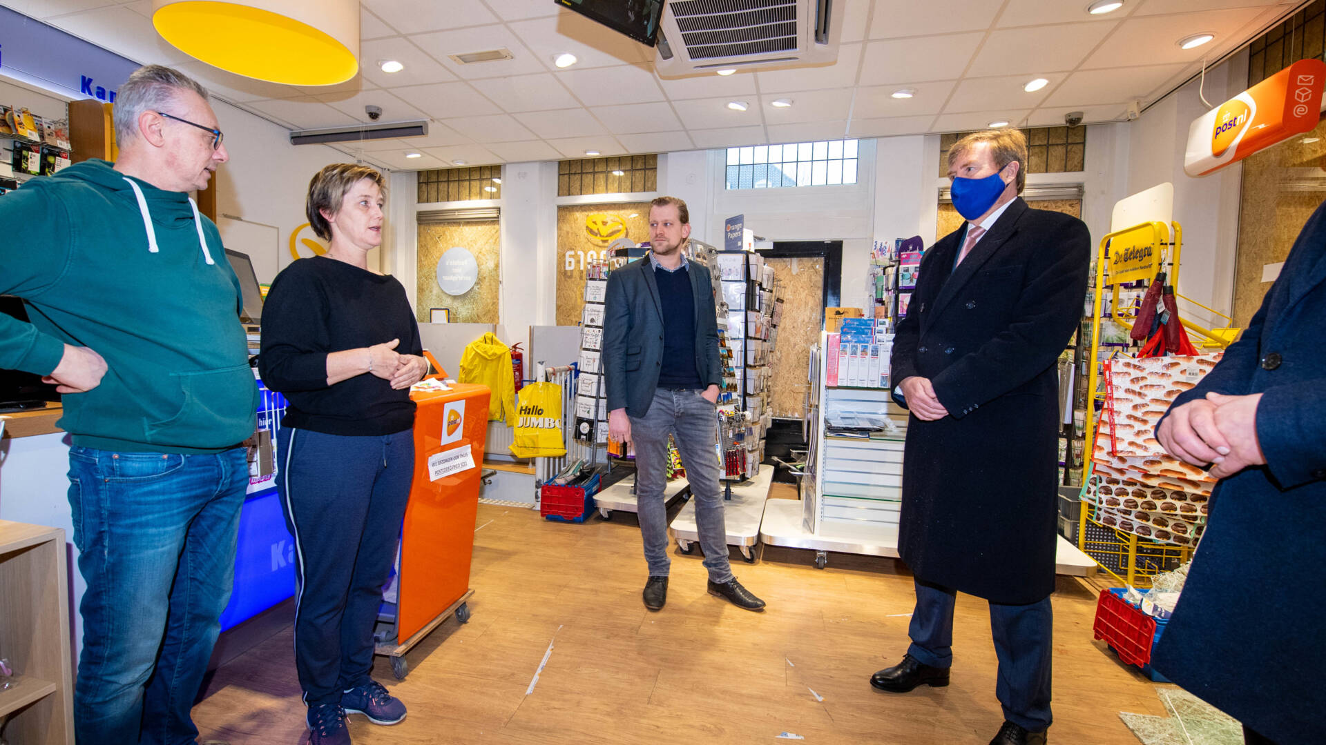 الملك الهولندي في زيارة الى دن بوش للتحدث مع المتضررين من اعمال الشغب