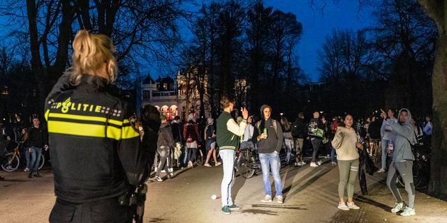 الشرطة تدخل الى الحدائق المزدحمة في أمستردام وتيلبورغ وخرونينجن، وتقوم بتخفيف هذا الازدحام!