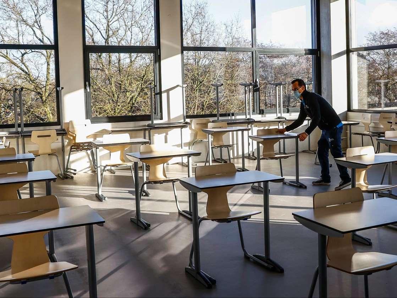 كما وعد مجلس النواب على تقليص بعض اجراءات الاغلاق المدارس الثانوية هي اول هذه الاجراءات