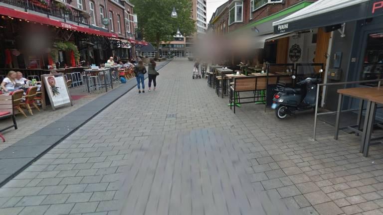 رجل يضايق امرأة ليلاً في أحد شوارع تيلبورغ