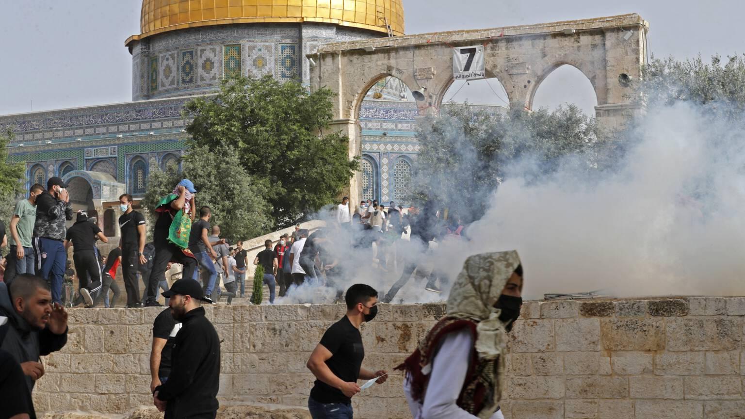 تجدد الاشتباكات في المسجد الاقصى أسفر عن إصابة المئات !!