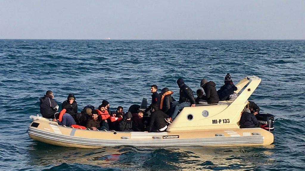 وصول 130 مهاجراً إلى الأراضي البريطانية واعتراض 140 آخرين كانوا يحاولون العبور!!